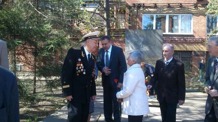 Церемония возложения цветов к вечному огню в честь Дня Победы