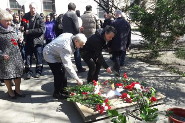 Состоялась ежегодная торжественная церемония возложения цветов к вечному огню у памятника, сооруженного в честь сотрудников НПО ЦКТИ, погибших в годы Великой Отечественной войны.
