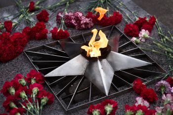 The laying of flowers near the Eternal Flame at the monument took place in an informal atmosphere. This monument was built in honor of the NPO CKTI employees who died during the Great Patriotic War